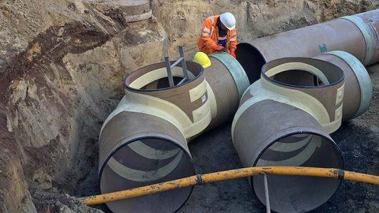 Hobas GFK-Rohre mit Flüssigboden verdichtet